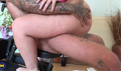Chubby mature wife cheating with massage master